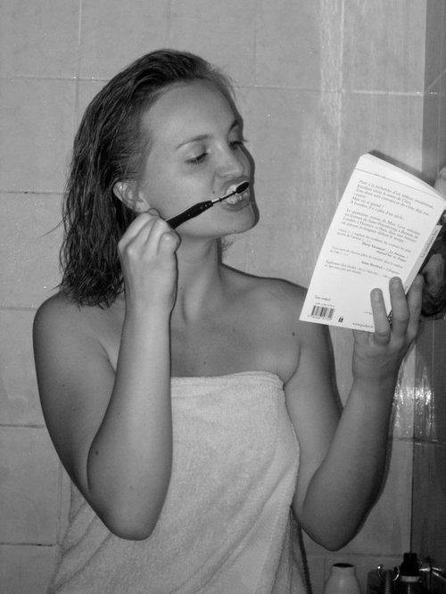 En se brossant les dents