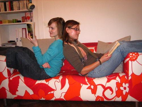 En partageant un canapé